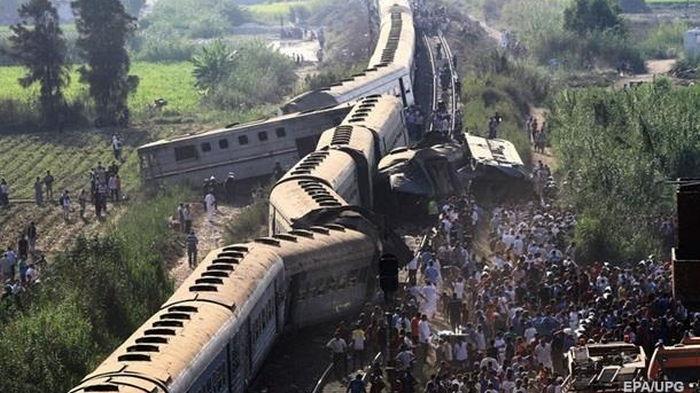 В Мексике поезд сошел с рельсов и въехал в жилые дома