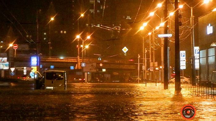 В Днепре авто застряли в воде из-за ливня (видео)