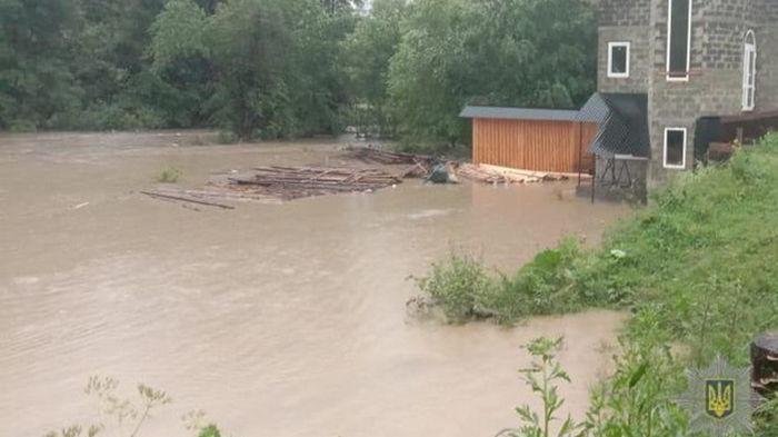 Непогода на Закарпатье: подтоплены дороги (фото)