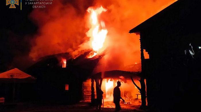 На Закарпатье из-за удара молнии сгорел отель (фото)