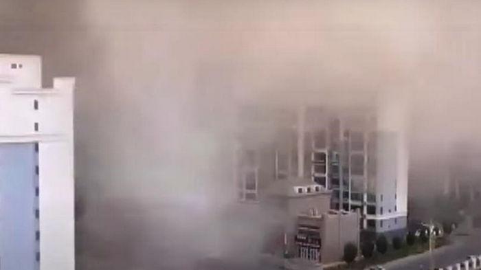 Мощная песчаная буря в Китае вызвала хаос (видео)