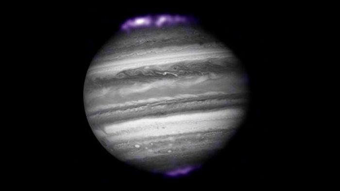 NASA показало полярные сияния на Юпитере