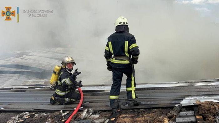 В Киеве потушили крупный пожар на складе (фото)