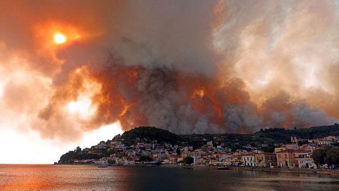 Лесные пожары в Греции. Местный житель снял охваченный огнем остров Эвбея во время эвакуации