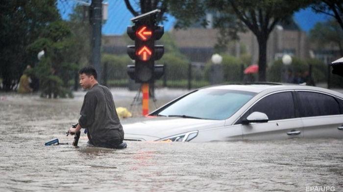 В Китае ввели красный уровень из-за наводнений (видео)
