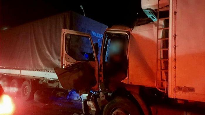 В Николаеве водитель грузовика въехал в фуру, есть погибший