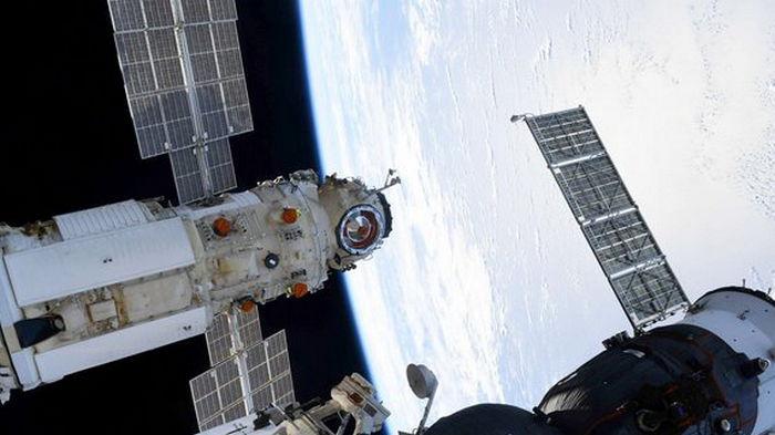 NASA расследует включение двигателей на российском модуле Наука, которое развернуло МКС