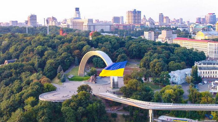 Рекорд. В Киеве на дроне подняли в небо огромный флаг Украины