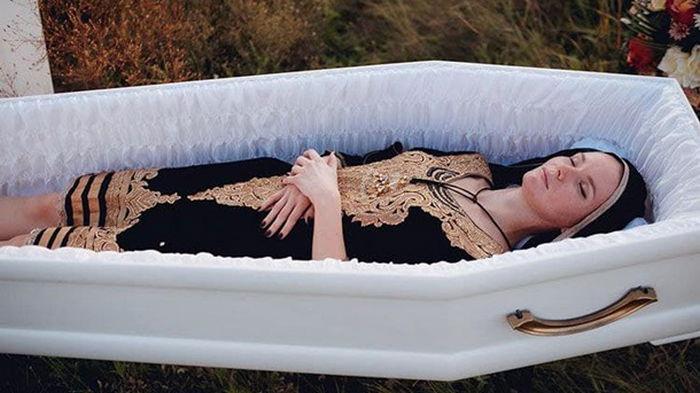 В Днепре презентовали женскую одежду для похорон (фото)