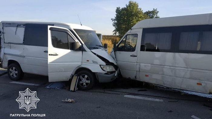 Под Киевом столкнулись фура, микроавтобусы и легковушка
