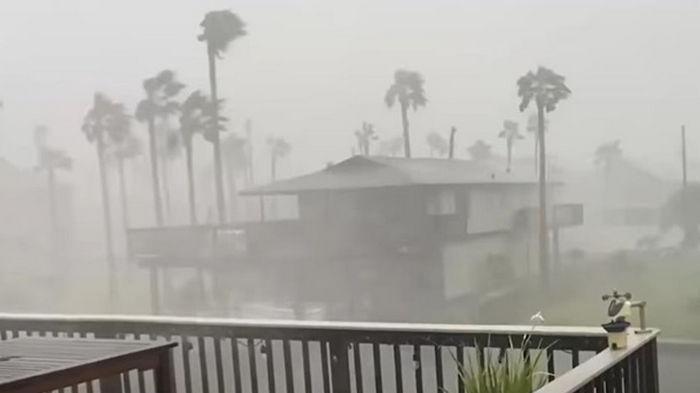 Ураган Николас ослаб до шторма и обрушился на США (видео)