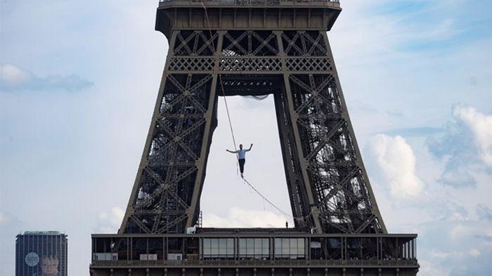 В Париже канатоходец прошел более полукилометра на высоте 70 метров (фото)