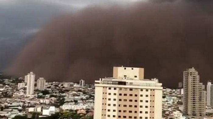 В Бразилии песчаная буря накрыла город (видео)