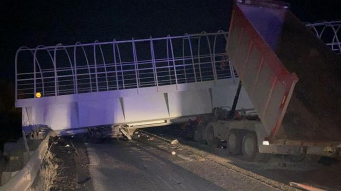 В России пешеходный мост раздавил авто, есть жертвы (фото)