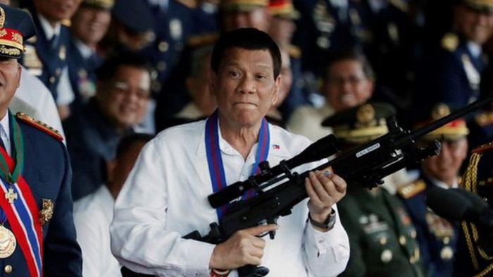 Побудил полицию казнить тысячи людей. Президент Филиппин объявил об уходе из политики